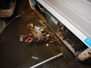 厨房 機器下部にゴミが堆積