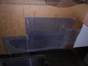 階段壁面の破損箇所を防鼠板にて閉塞
