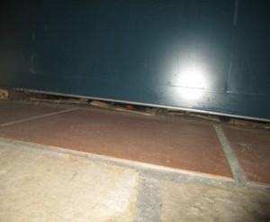 売り場ショーケース下部にネズミの侵入出来る隙間