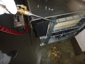 厨房機器内部に薬剤処理を実施。機器下部堆積のゴミを回収。