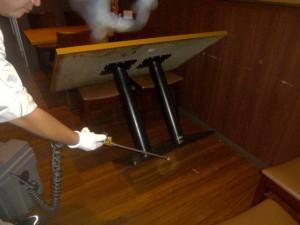 テーブル席下部に薬剤処理を実施。