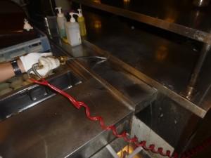 洗浄場の下膳カウンター隙間に薬剤処理を実施