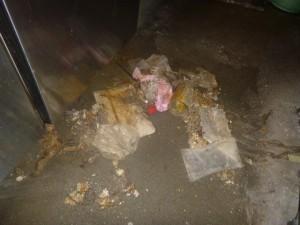 機器下部のゴミを回収