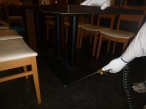 テーブル席下部に薬剤処理を実施