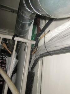 更衣室内の壁のすきまをブラシと防鼠網で閉塞