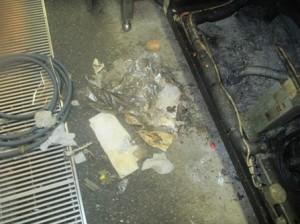 厨房機器下部にゴミ堆積