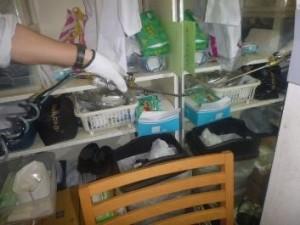 棚横の隙間に薬剤処理を実施