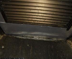 厨房扉部分のネズミの侵入出来る箇所を閉塞