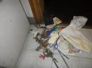 事務室金庫裏・下部にゴミの堆積