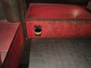 2F客席入口ネズミの侵入経路と思われる穴
