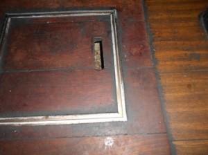 3F客席床面ネズミの侵入箇所