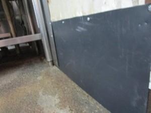 厨房壁面ネズミの侵入口閉塞